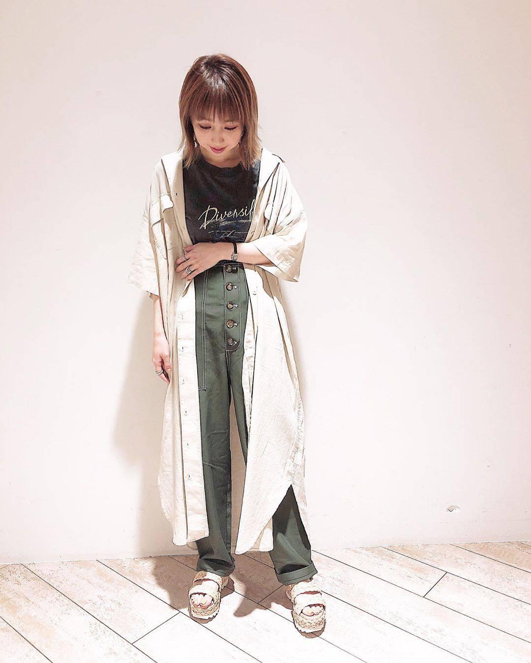 最高気温27度・最低気温20度 akaririri_1022の服装